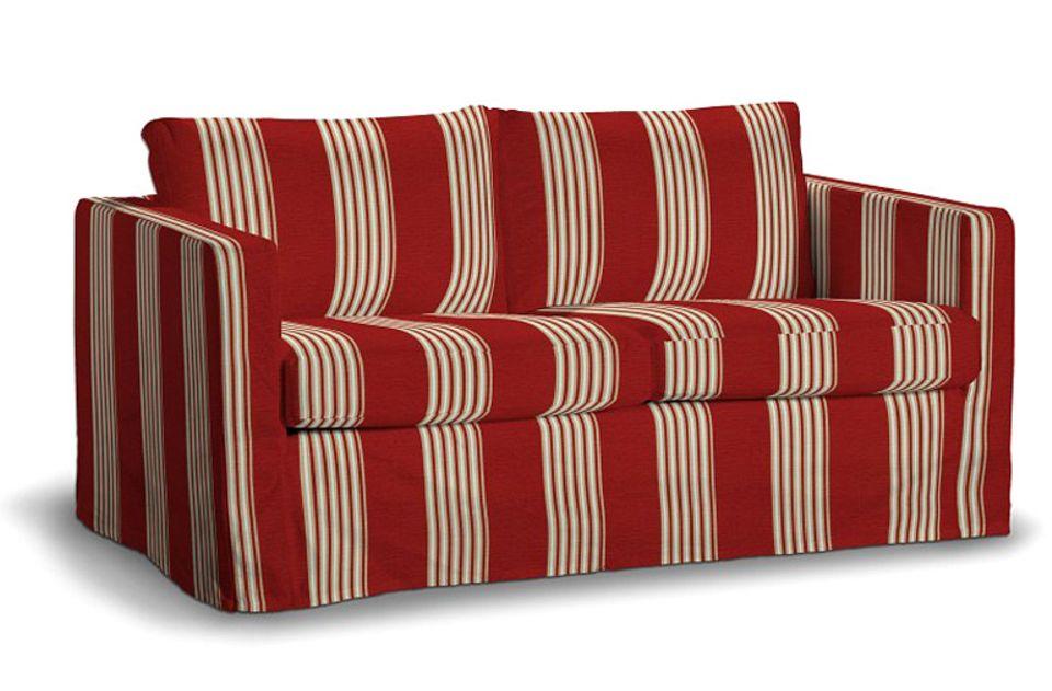 """Sofa """"Karlstad"""" im rot-weißen Gewand von Saustarkdesign.com."""
