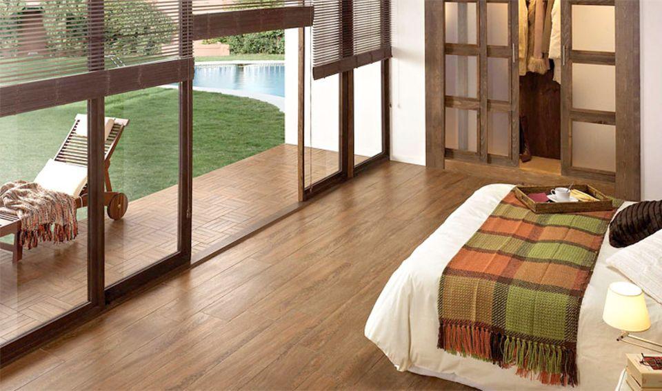 Mit Steinzeugfliesen in Holzoptik lässt sich ein nahtloser Übergang zwischen innen und außen schaffen.