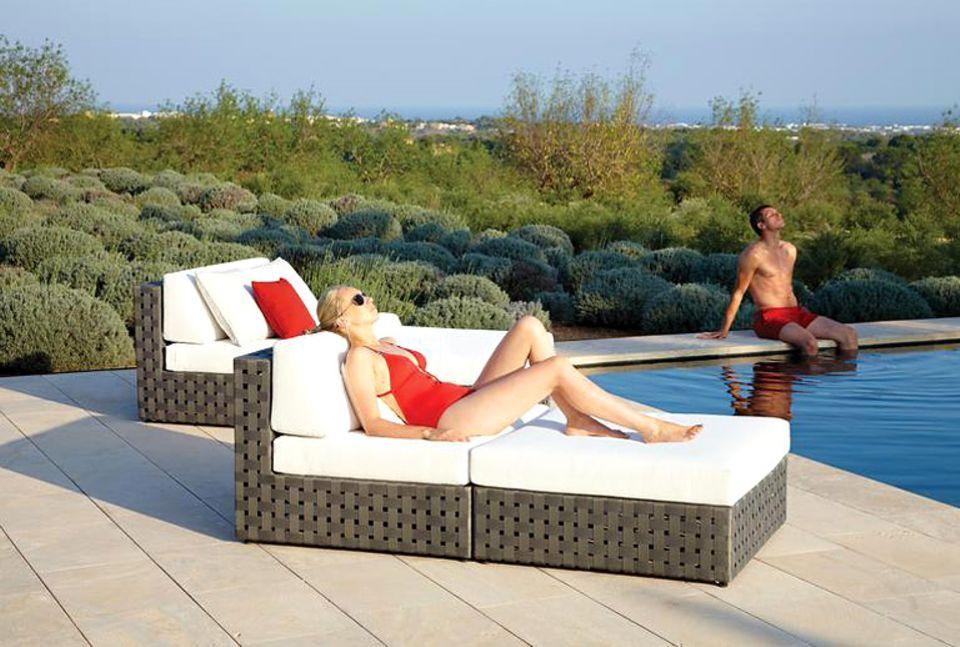 """Wie die Chaiselongues aus der Kollektion """"Linea"""" von Gloster sind die meisten Lounge-Möbel für draußen mit speziellen Outdoor-Polstern ausgestattet."""