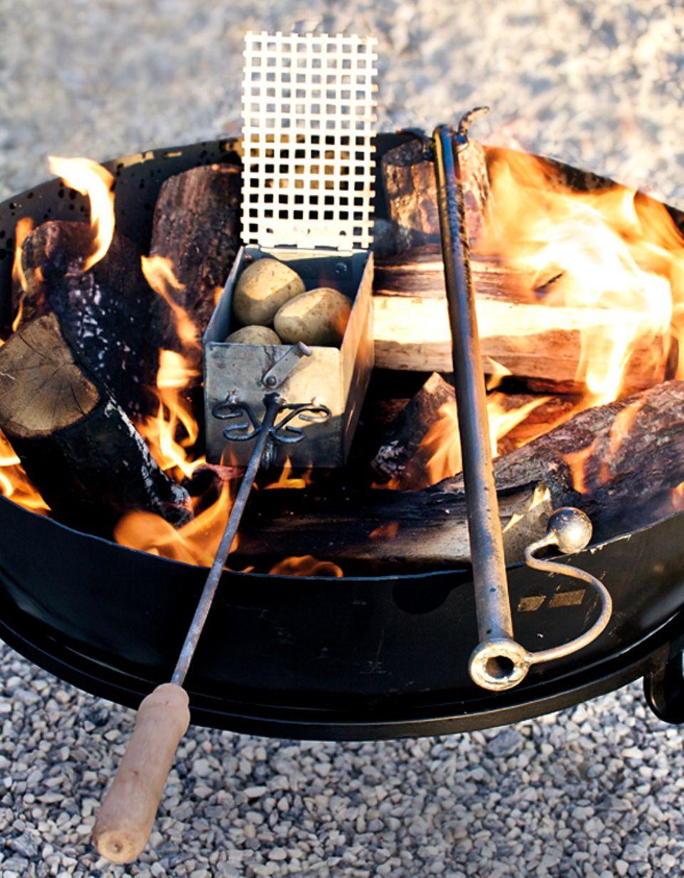 Der Röster von Mirabeau macht das Garen von Kartoffeln im Grill zum Kinderspiel, das Blasrohr hilft beim Entfachen des Feuers.