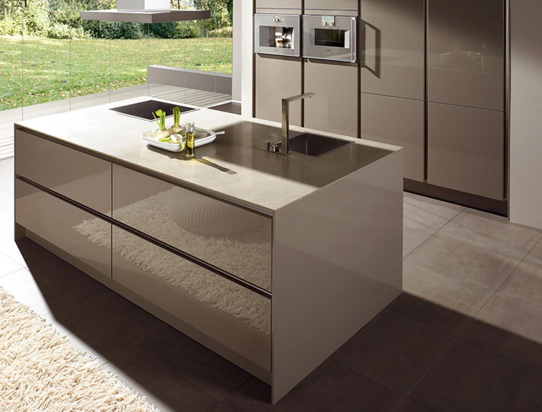 """Küche """"S2 LG"""" von Siematic mit Arbeitsplatte aus Kunststein."""