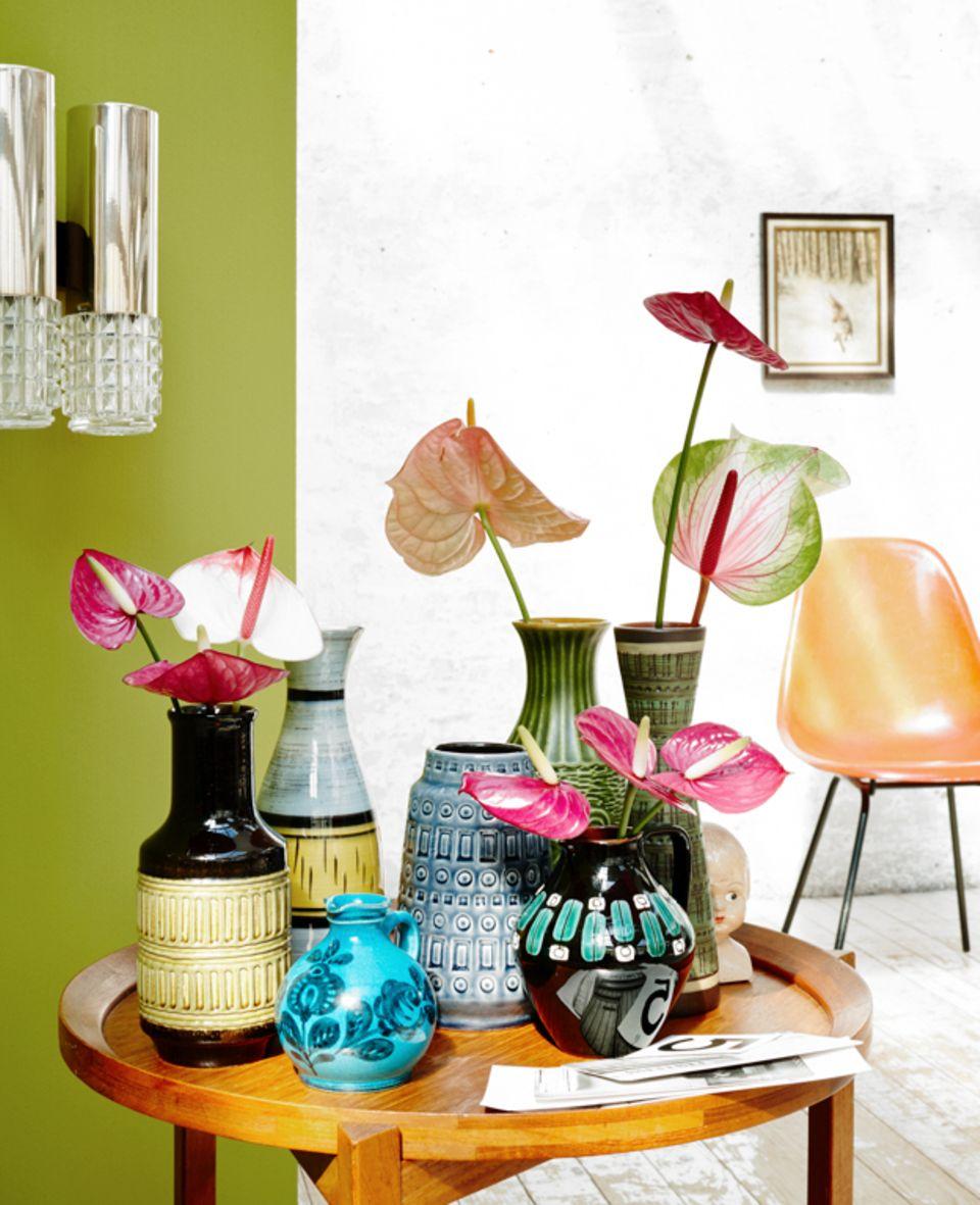 Tipp: Wenn unterschiedliche Vasen aufeinandertreffen, sollten die Blumen dafür einheitlich sein. So wirkt das Arrangement nicht zu unruhig.