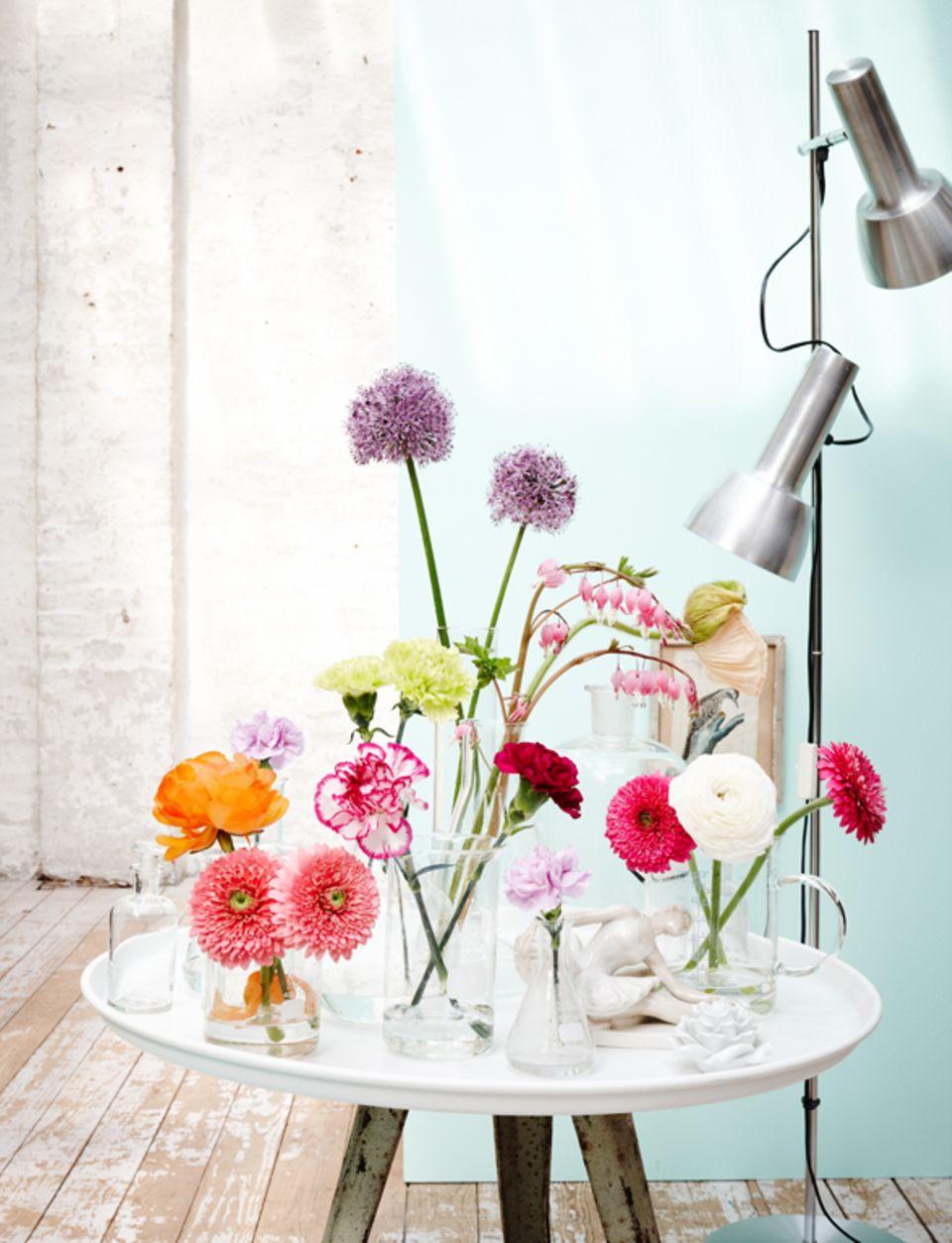 Tipp: Nicht in jede Vase muss eine Blume. Ein leeres Gefäß dazwischen schafft Spannung und Abwechslung.