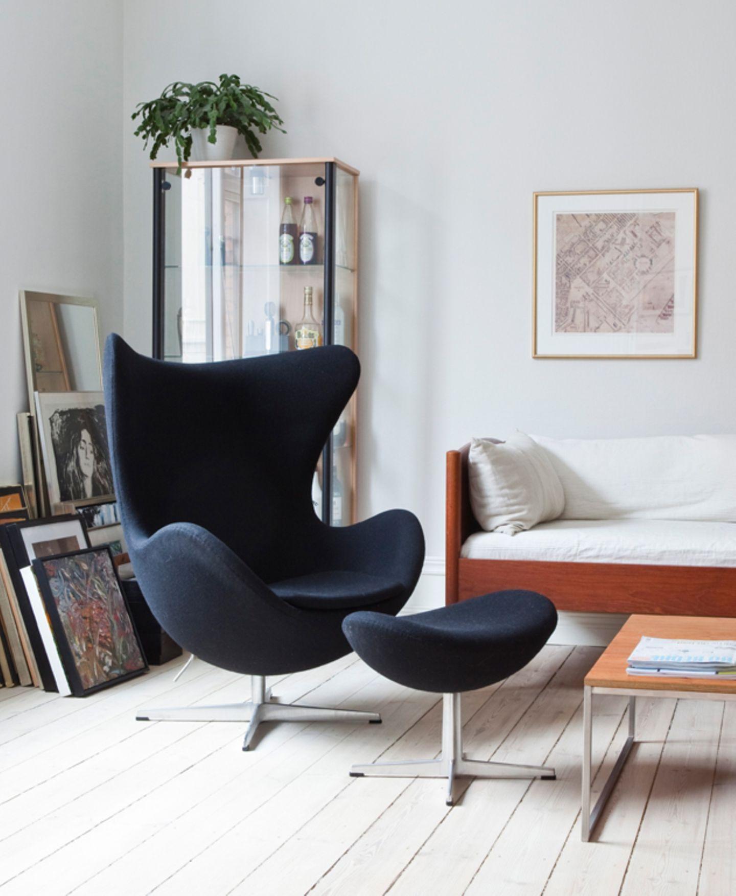 """Der """"Egg Chair"""" mit Weiß und Holz"""