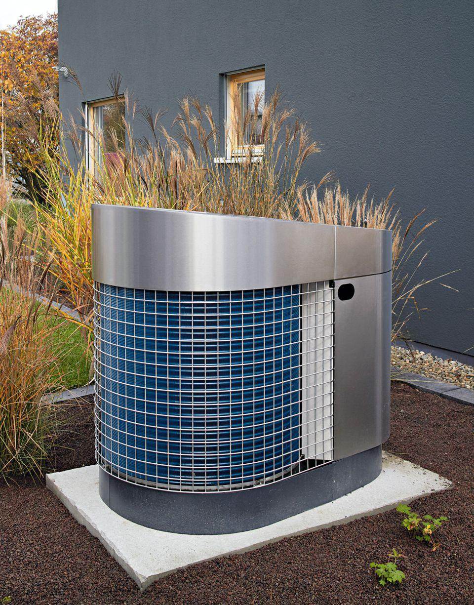"""Im Haustyp """"Premium"""" werden die wassergeführte Fußbodenheizung und das Brauchwasser mit der leisen und effizienten Luft-Wärmepumpe """"Aerotop"""" von Elco erwärmt."""