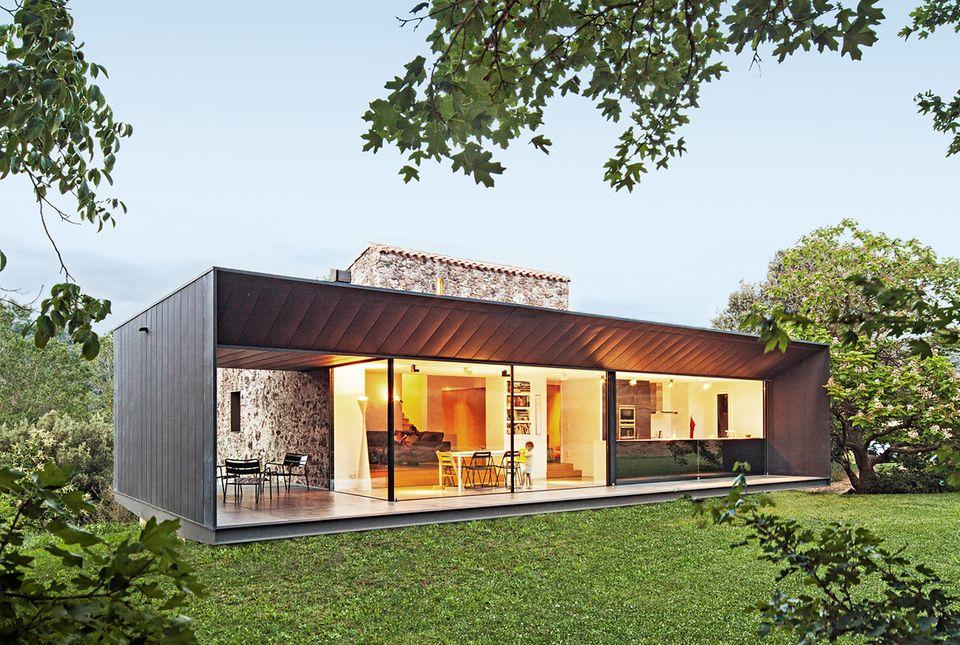 Der zinkverkleidete Finca-Anbau beinhaltet Küchzeile und Essecke und wird an der Nordfassade zur überdachten Terrasse.
