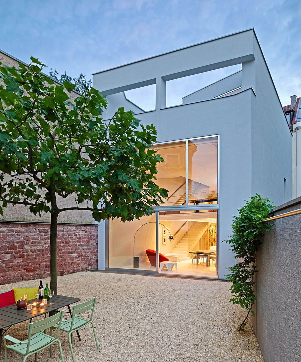 Der Wohntrakt des umgebauten Hauses liegt in einem Blockinnenbereich der Heidelberger Weststadt.