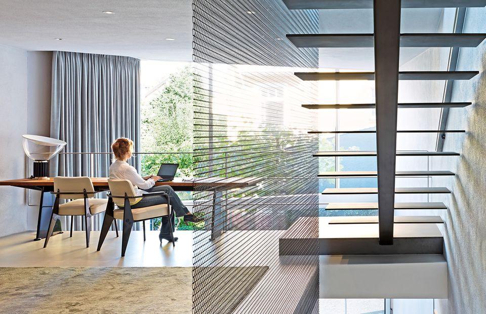 Architektenhäuser sind Raumlabore. Dea Ecker und Robert Piotrowski erprobten mit einem befreundeten Schlosser eine neue Absturzsicherung aus Stahlgewebe im Treppenhaus.