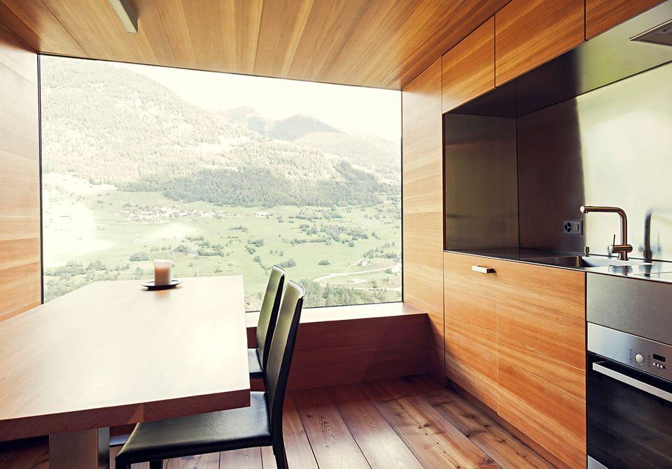 Essplatz mit Panoramablick: Die Konstruktion des deckenhohen Fensters in der Wohnküche war eine architektonische Herausforderung.