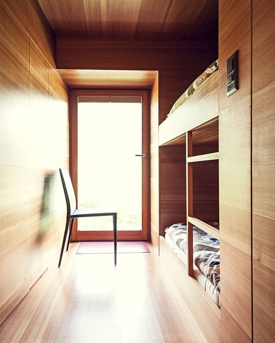 Böden, Decken und Wände als auch die Einbaumöbel sind einheitlich aus Lärche gefertigt, so wirkt der komplette Innenraum des Hauses wie modelliert.