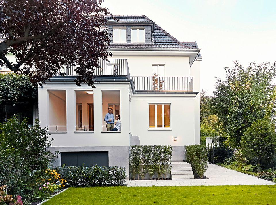 Klassiker in alter Schönheit: Auf der Gartenseite verkleinerte Architekt Johannes Götz einen Anbau und wandelte ihn in eine Loggia um.
