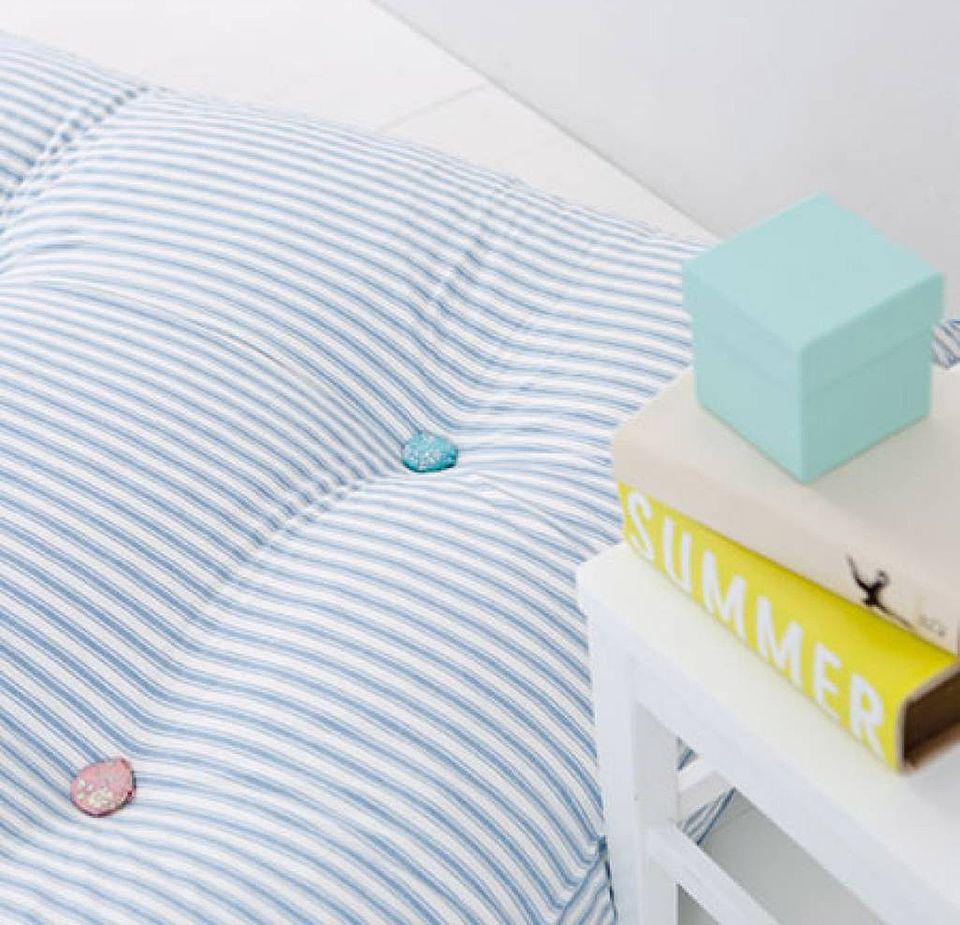 Bodenkissen von Oliver Furniture mit hellblauem Streifenbezug für das Kinderzimmer.