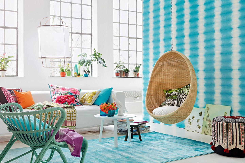 Blautöne für Wand und Boden, Blütenmuster fürs Sofa