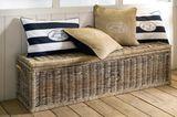 Sitzbank mit blauweiß-gestreiften Kissen von Rivièra Maison