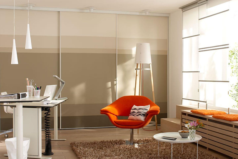 Perfekt eingepasst: Schranksystem mit Gleittüren von Cabinet fürs Arbeitszimmer