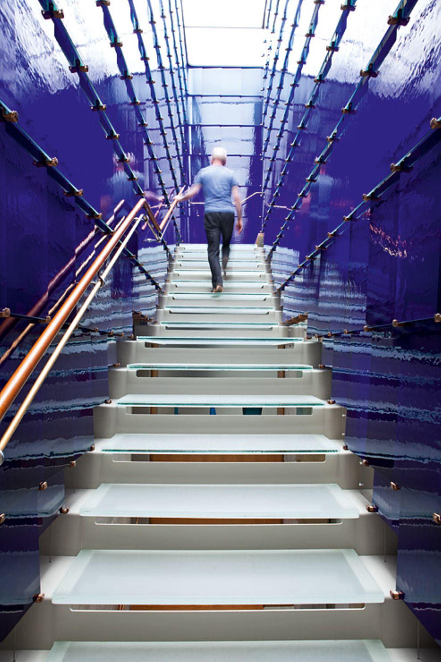 Blau verglaster Treppenaufgang