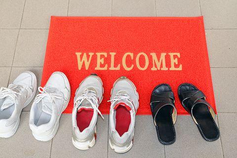 Darf ich Gäste bitten, am Eingang die Schuhe auszuziehen?