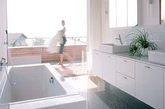 Hochglänzende Fronten im Badezimmer