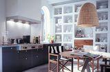 Dunkle Unterschränke in der Küche vergrößern