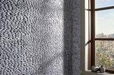 """Steinoptik für die Wand: """"Standing Pebble"""" von Ann Sacks"""
