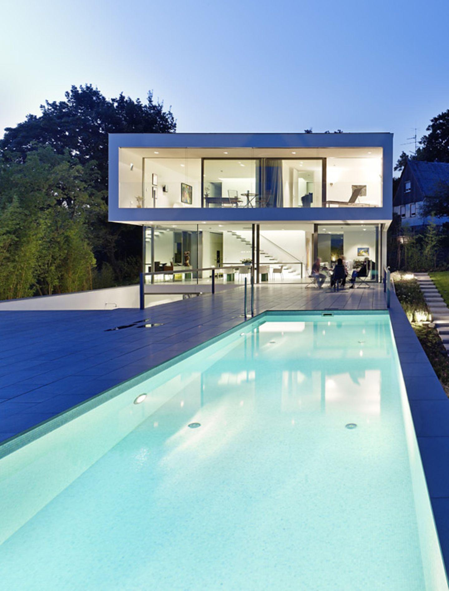 Erhöhte Terrasse im puristischen Stil