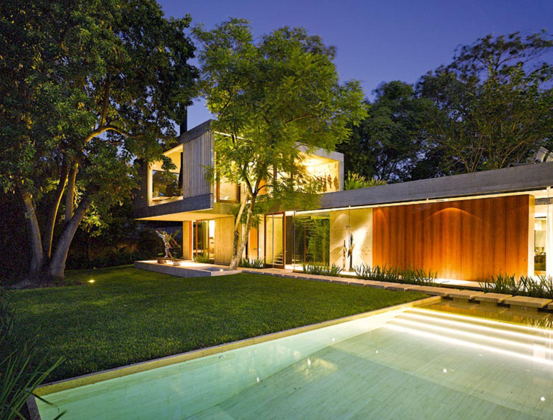 Grünoase mit Beton und Glas