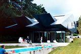 Hightech-Haus mit beweglichen Sonnenschutzklappen