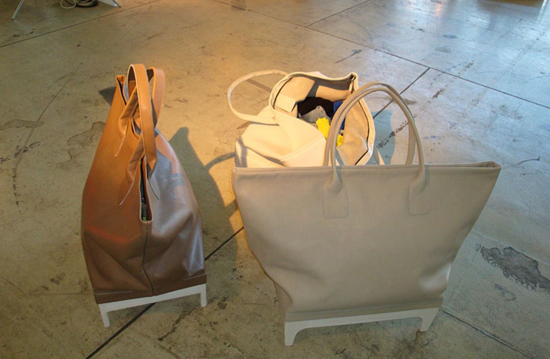 """Truhe wie Tasche: """"Home Traveller"""" ist ein flexibles Aufbewahrungsobjekt von Anne Lorenz und hat die Form einer großen Shopping…"""