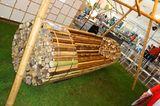 """Ein Bündel Bambusstangen und einige Metallbänder - mehr braucht es nicht für die Bank """"Pile Isle Bamboo Bench"""" von Elena Goray …"""