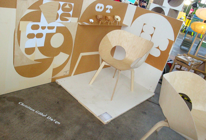 """""""Henki"""" besteht aus Sperrholz, das durch Biegen geformt wird. Der Stuhl ist stapelbar und stammt vom Designstudio Christian Göb…"""