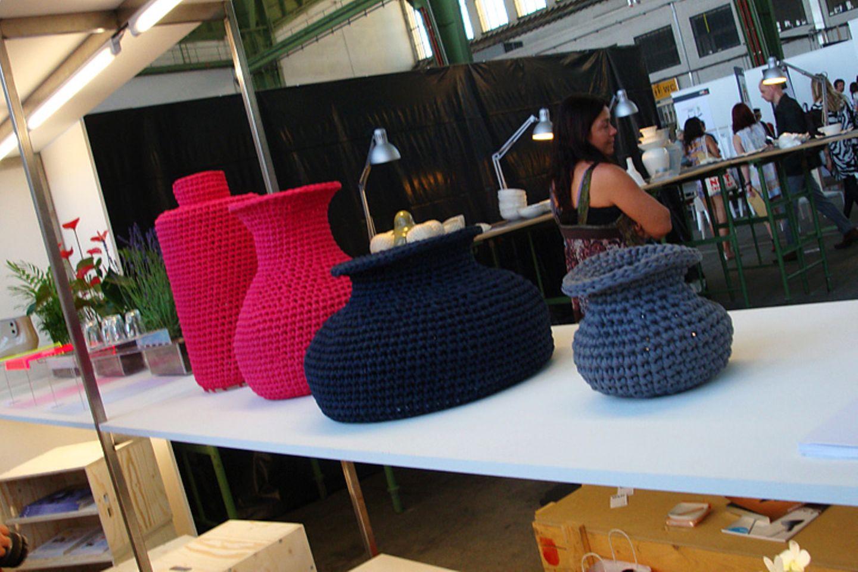 Diese gehäkelten Vasen halten alles, was kein Wasser braucht. Die Idee stammt von Studenten der Aalto University School of Arts…