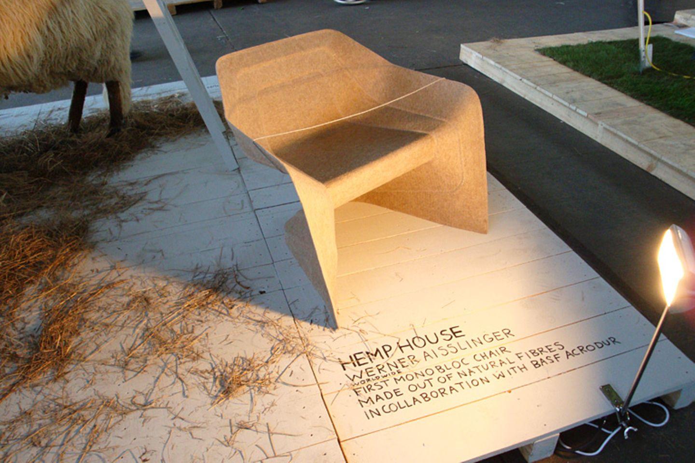 """Aus umweltfreundlichem Zellstoff besteht der Stuhl """"Hemp"""". Er ist stapelbar und soll an Monoblock-Stühle aus Kunststoff erinner…"""