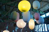 """Von Hand werden die Leuchten """"Cocon Malade"""" und """"Boule Malade"""" aus natürlichen Materialien gedreht. Durch das individuelle Hand…"""