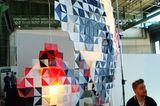 """Nicht gerade klein ist das Leuchtobjekt """"Salmiak"""" von Simo Serpola. Es besteht aus farbigen Priplak-Platten und sieht vorne wie…"""