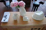 Zum Glück sind die Porzellan-Objekte des Designstudios 28 Biaugust nur harmlose Dekoration. Es gibt eine Bomben-Vase, eine Gran…