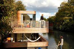 Ein Hausboot: Traum aus Holz