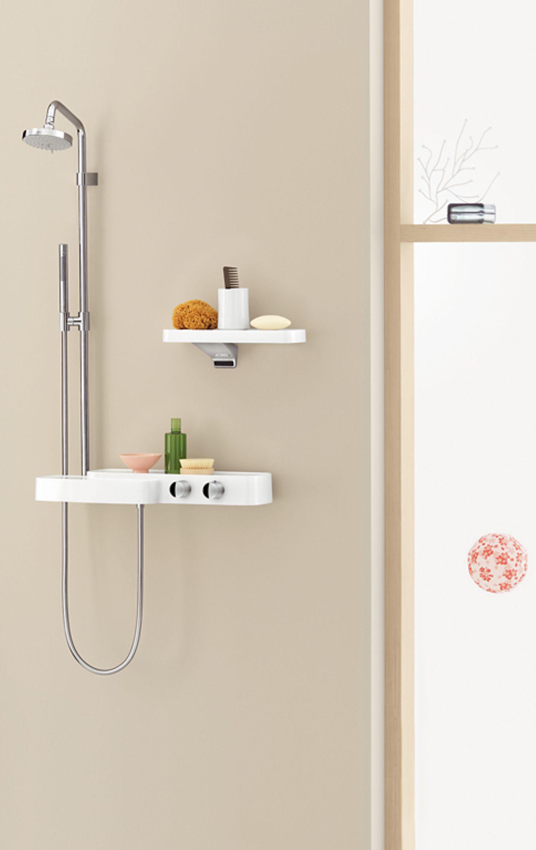 Dusche mit Armatur und Thermostat in der Ablagefläche