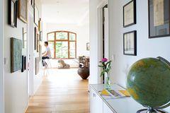 Den schmalen Raum als Privatgalerie inszenieren