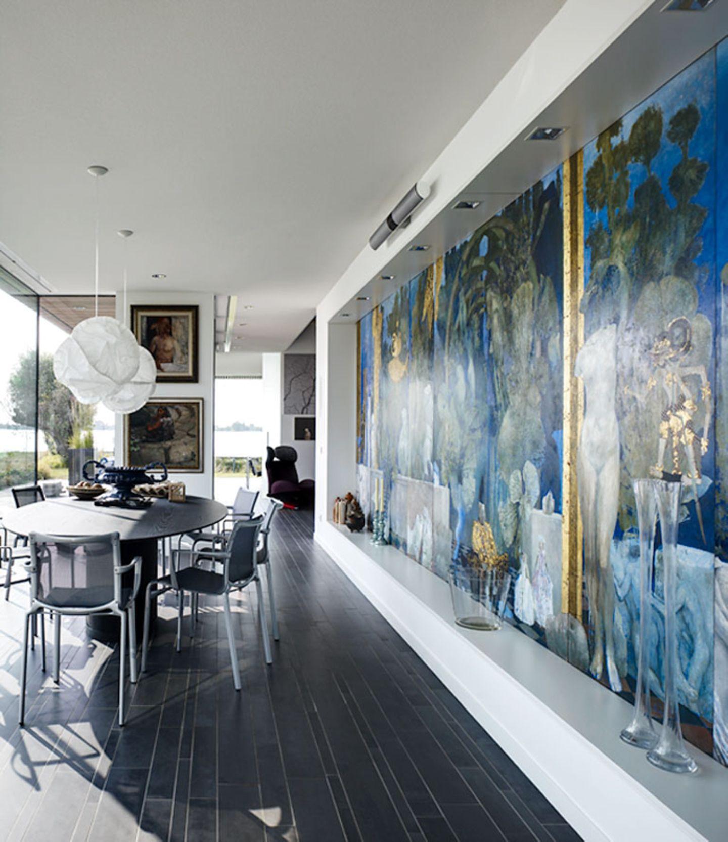 Die gesamte Wand als Präsentationsfläche für ein Kunstwerk