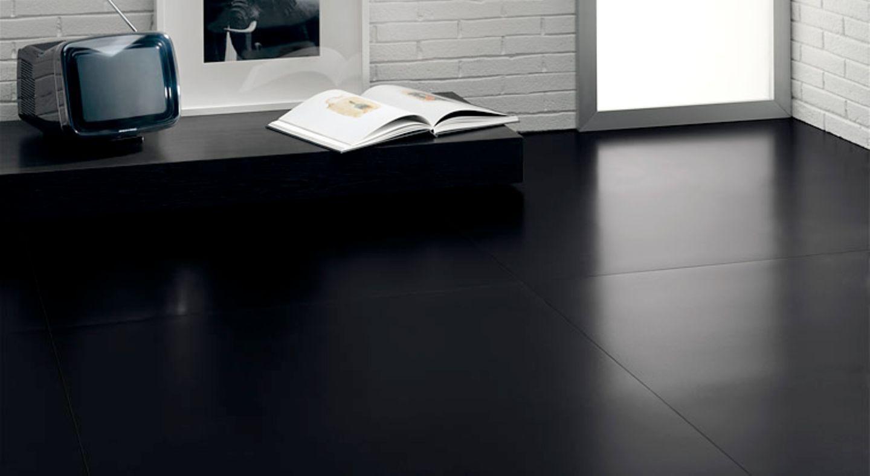 Boden mit schwarzen Fliesenplatten