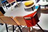 Leuchtendes Rot, Gelb und Blau zu hellem Holz bei Colé
