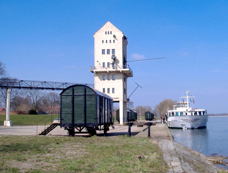 Wohnen im Waggon: Hafenanlage Groß Neuendorf