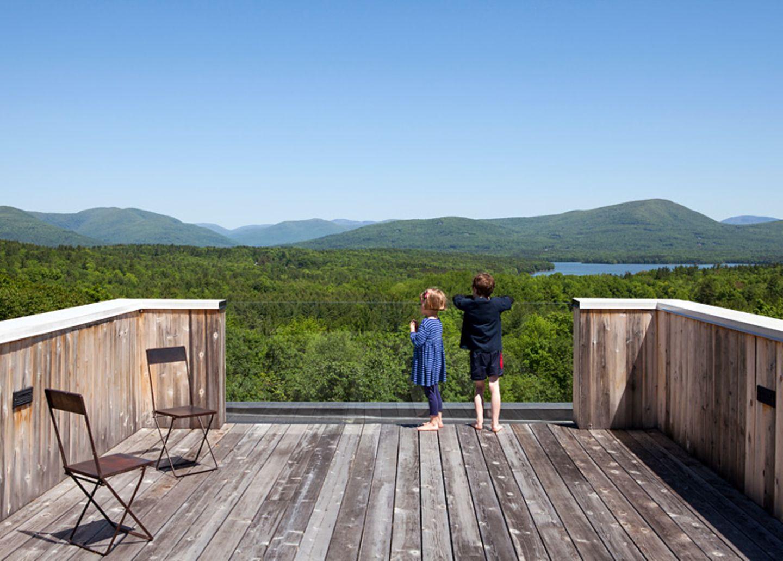 Dachterrasse mit Panoramablick zwischen Baumwipfeln