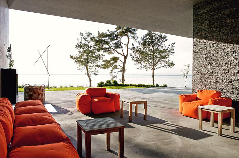 Überdachte Terrasse mit Feuerstelle