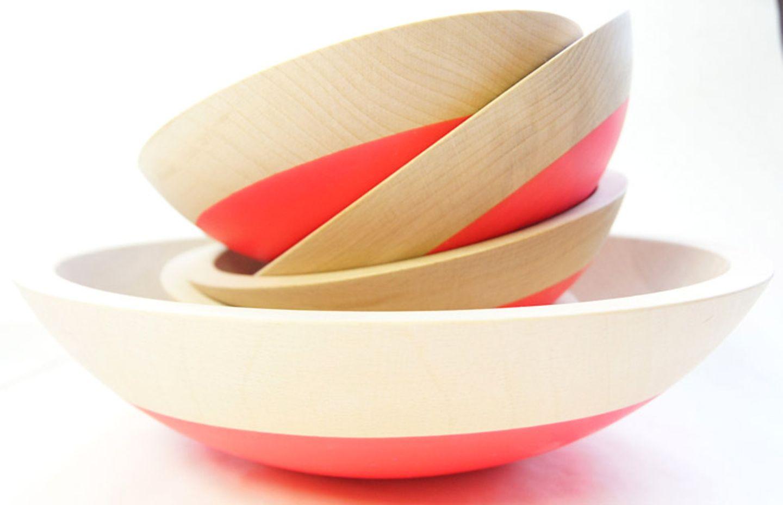 Holzschüsseln mit Neon-Akzent