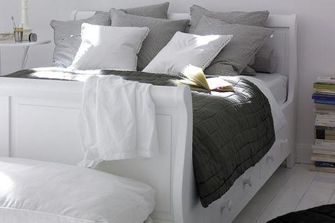 Ein Bett mit Schubladen im Landhaus-Stil