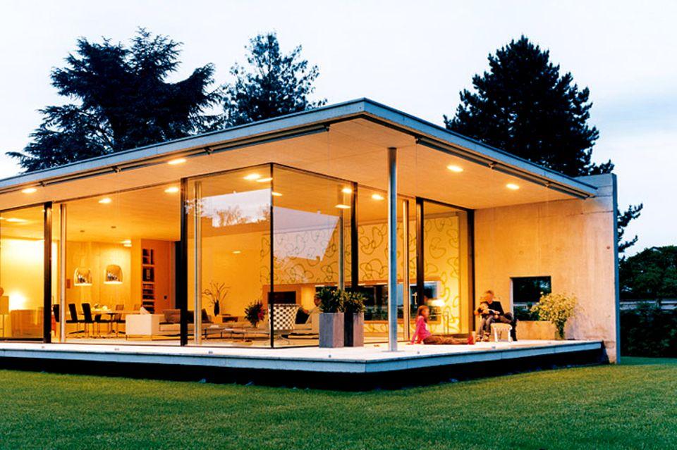 Flachdachbungalow mit großen Glasflächen