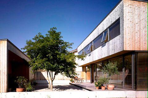 Zweigeschossiges Flachdachhaus mit Hof