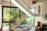 Verglastes Treppenhaus mit Blick ins Grüne