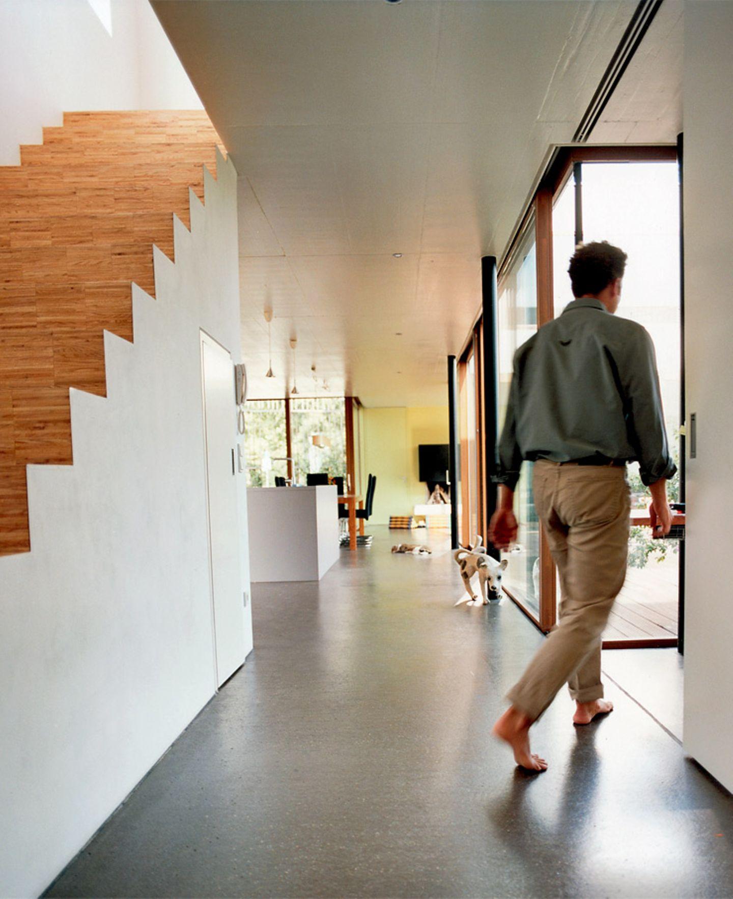 Treppe mit geschlossenem Unterbau